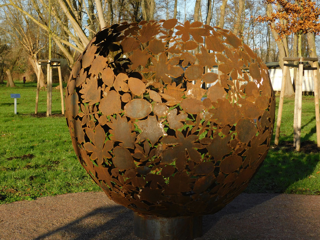 Skulpturenpark Schwaan, Blätterkugel von Takwe Kaenders, Foto: Kunstmuseum Schwaan