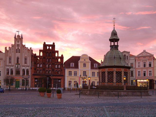 Abenddaemmerung auf dem Markt von Wismar © Hansestadt Wismar, H. Volster