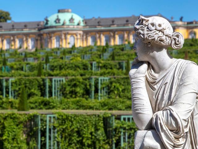 Skulptur vor den Terassen von Schloss Sanssouci, Foto: André Stiebitz, Lizenz: PMSG/ SPSG