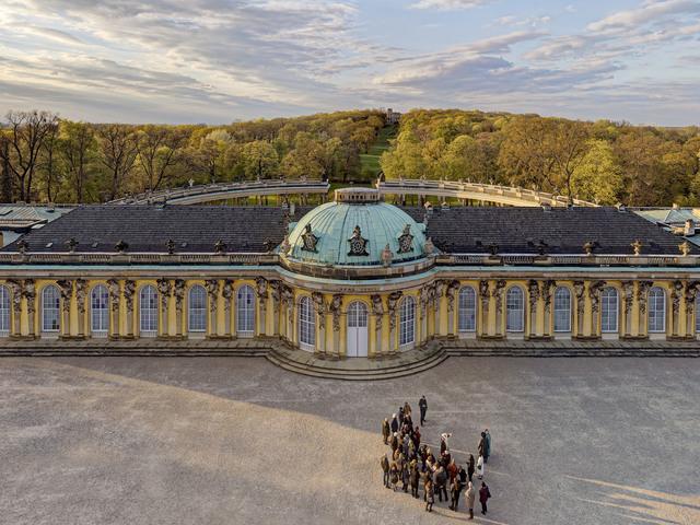 Schloss Sanssouci vor dem Ruinenberg mit Besuchergruppe, Foto: André Stiebitz, Lizenz: PMSG/ SPSG